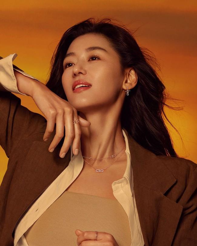 """""""Mẹ 2 con"""" Jun Ji Hyun sang chảnh ai cũng biết nhưng táo bạo lả lơi với áo cúp ngực thế này thì lâu rồi mới thấy  - Ảnh 7."""