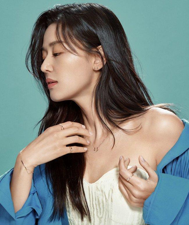 """""""Mẹ 2 con"""" Jun Ji Hyun sang chảnh ai cũng biết nhưng táo bạo lả lơi với áo cúp ngực thế này thì lâu rồi mới thấy"""