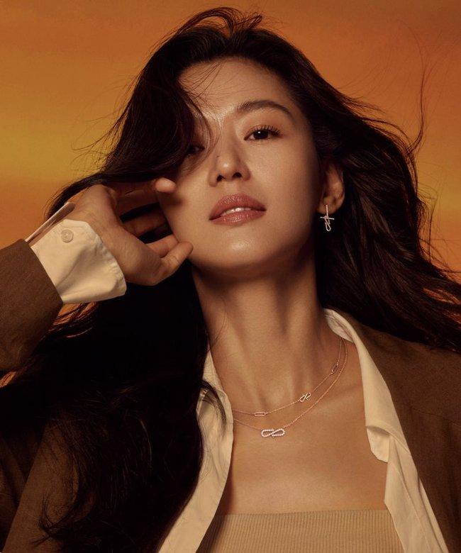 """""""Mẹ 2 con"""" Jun Ji Hyun sang chảnh ai cũng biết nhưng táo bạo lả lơi với áo cúp ngực thế này thì lâu rồi mới thấy  - Ảnh 6."""