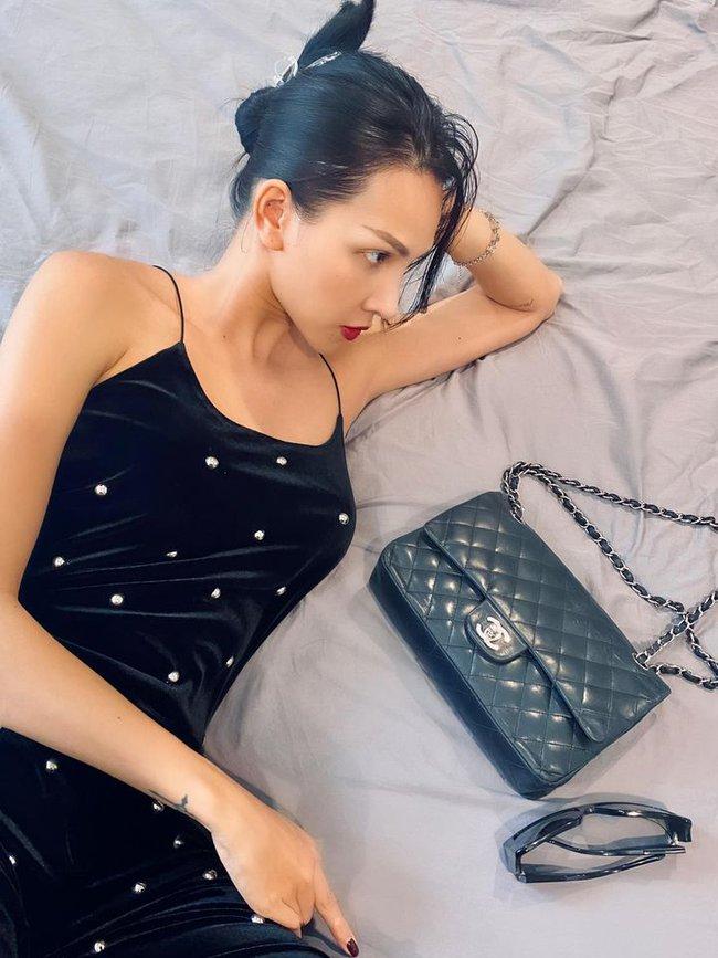 Minh Triệu nằm tạo dáng với trang phục tông đen cuốn hút.