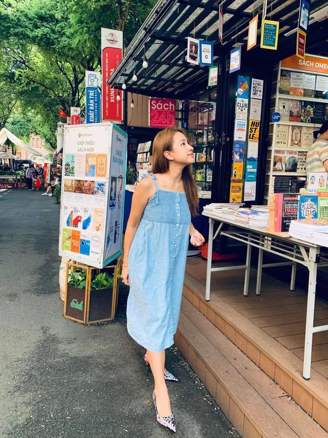 Thanh Vân Hugo đi mua sách trong ngày nghỉ lễ.
