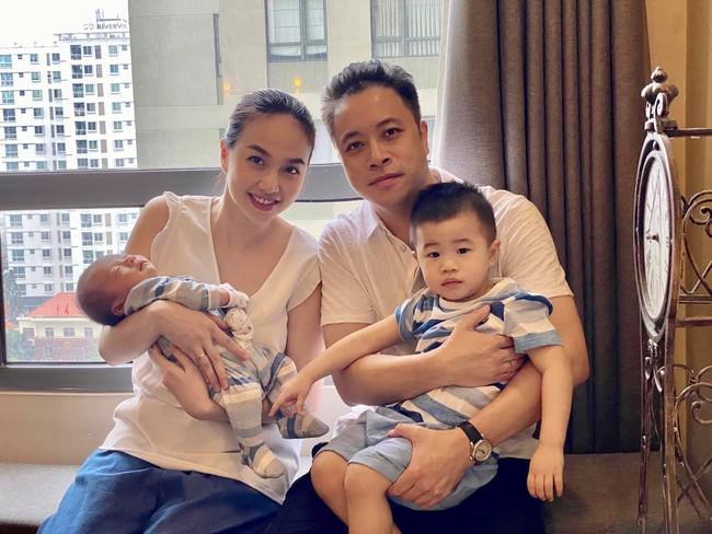 Đinh Ngọc Diệp và Victor Vũ mừng con trai thứ 2 tròn 1 tháng tuổi.