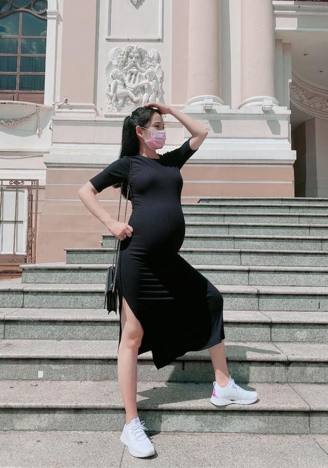"""Sara Lưu chia sẻ: """"Hôm nay mẹ bầu dở hứng làm fashionista giữa trưa nắng""""."""
