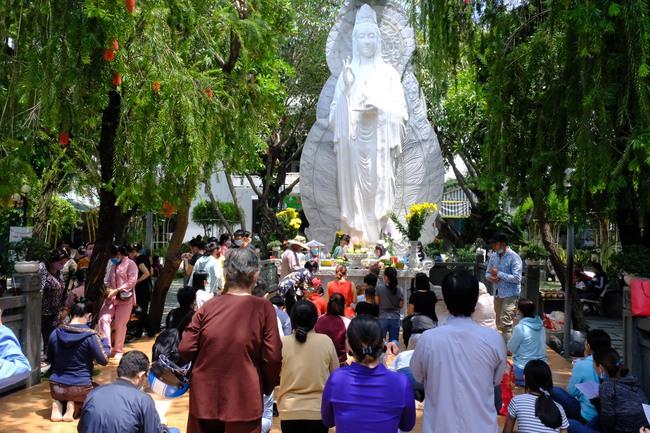 """""""Biển người"""" đổ về chùa ngày Vu lan báo hiếu, trẻ con mệt nhoài toát mồ hôi theo cha mẹ lạy Phật - Ảnh 2."""