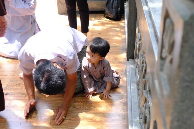 """""""Biển người"""" đổ về chùa ngày Vu lan báo hiếu, trẻ con mệt nhoài toát mồ hôi theo cha mẹ lạy Phật - Ảnh 8."""
