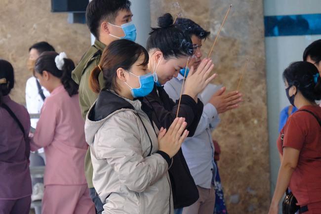 """""""Biển người"""" đổ về chùa ngày Vu lan báo hiếu, trẻ con mệt nhoài toát mồ hôi theo cha mẹ lạy Phật - Ảnh 11."""