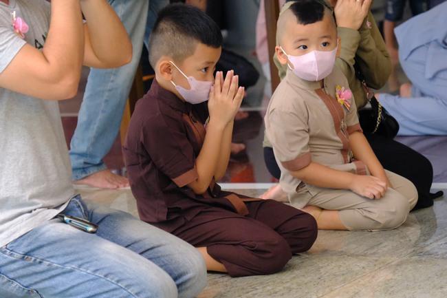 """""""Biển người"""" đổ về chùa ngày Vu lan báo hiếu, trẻ con mệt nhoài toát mồ hôi theo cha mẹ lạy Phật - Ảnh 5."""