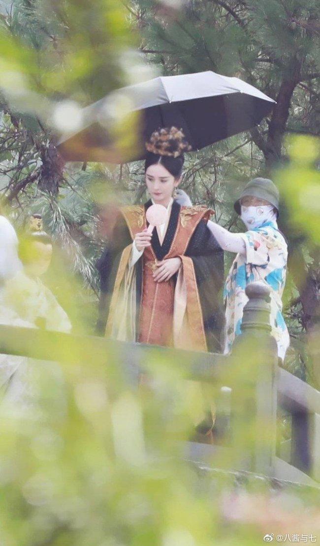 """""""Hộc Châu phu nhân"""" đóng máy: Dương Mịch lộ tạo hình phi tần già dặn, fan gọi tên """"bà nội thiên hạ Bạch Thiển"""" - Ảnh 3."""