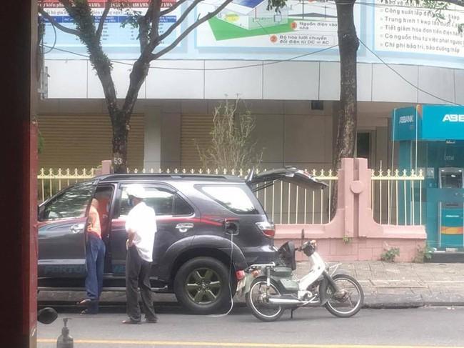 Ấm lòng ngày Thu, người tài xế hút nhiên liệu giúp đỡ ông lão đang hì hục dắt xe trên đường - Ảnh 1.