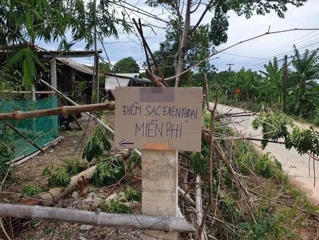 Giữa nơi ảnh hưởng nhất bởi cơn bão số 5, có 1 trạm sạc miễn phí giúp đỡ cả trăm người duy trì sinh hoạt trong lúc khó khăn - Ảnh 1.