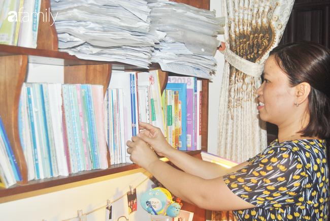 Những cuốn sách tài liệu quý giá trên kệ của cô chủ nhiệm