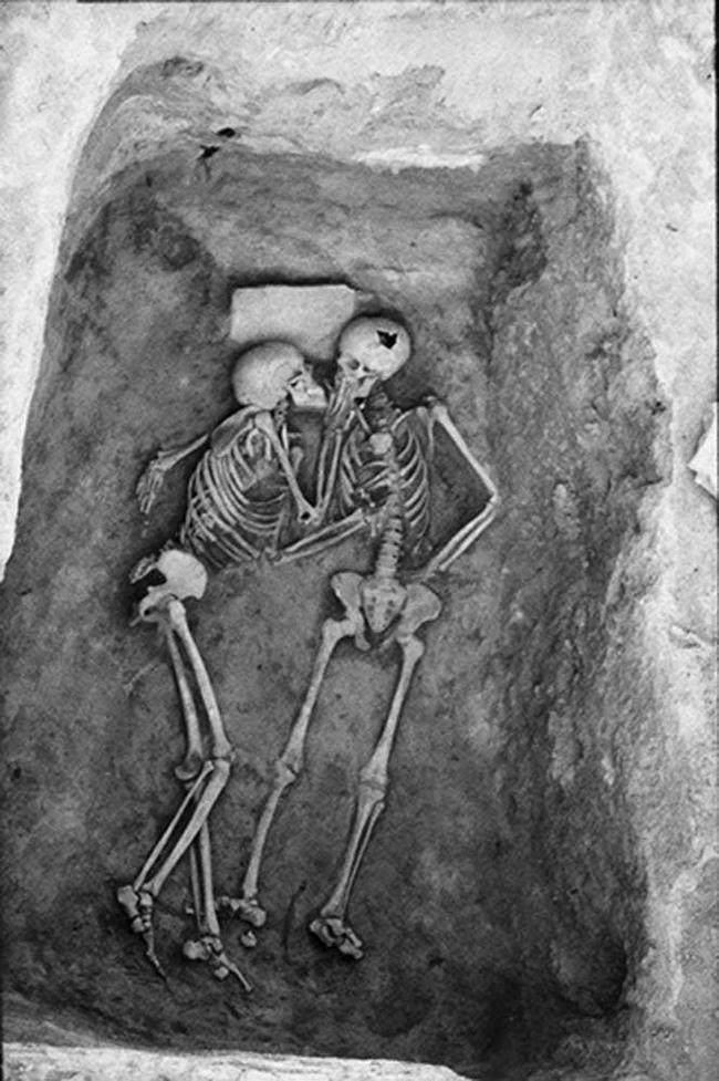"""Phát hiện bộ hài cốt 2.800 năm tuổi, các nhà khoa học sửng sốt vì tư thế lạ, hé lộ chuyện tình yêu của người xưa khiến con cháu ngày nay cũng phải """"nể"""" - Ảnh 1."""