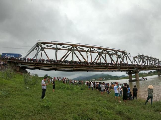 Bắc Giang: Thấy cô gái ngã xuống sông, tài xế xe tải lao xuống sông cứu bất thành - Ảnh 1.