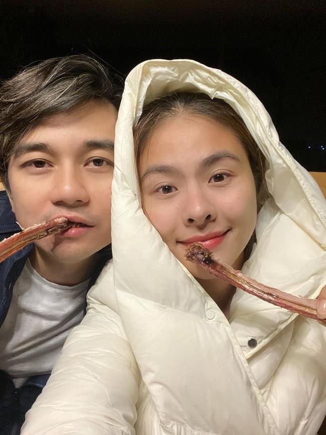 Vợ chồng Vân Trang thích thú với việc đi cắm trại, ăn BBQ, ngủ lều.