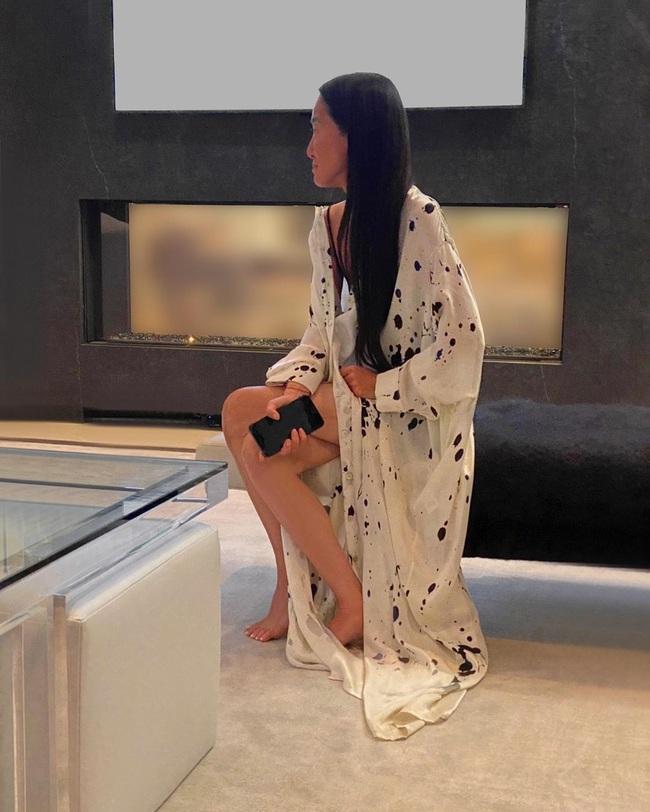 Thảm đỏ đặc biệt nhất trong lịch sử Emmy Awards: Jennifer Aniston đắp mặt nạ mặc pijama, NTK Vera Wang khoe chân nuột nà tại nhà - Ảnh 1.