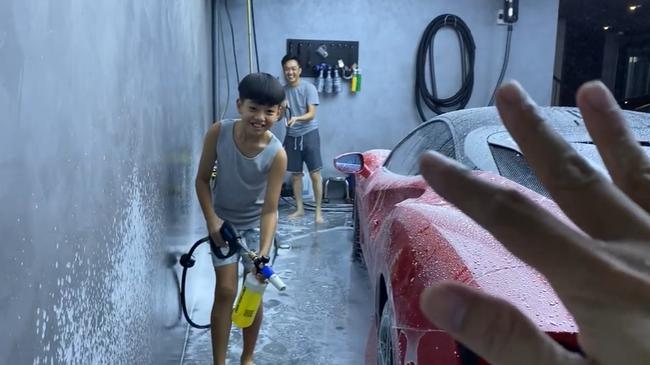 """Subeo mới 10 tuổi đã biết rửa xe hơi, hóa ra con của đại gia không """"ngậm thìa vàng"""" như nhiều người vẫn nghĩ - Ảnh 2."""