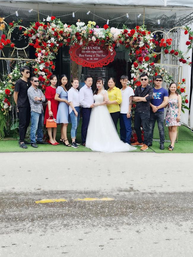 Cô dâu 63 tuổi ở Cao Bằng tổ chức tiệc 2 năm ngày cưới, gây tranh cãi khi mặc váy cô dâu rườm rà đứng đón khách - Ảnh 1.