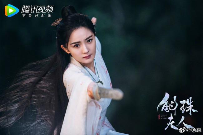 """""""Cửu Châu Hộc Châu phu nhân"""": Dương Mịch mặc áo trắng đẫm máu, tiết lộ đã cầm nhầm kịch bản  - Ảnh 2."""