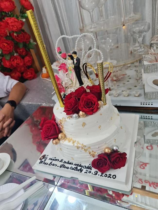 Cô dâu 63 tuổi ở Cao Bằng tổ chức tiệc 2 năm ngày cưới, gây tranh cãi khi mặc váy cô dâu rườm rà đứng đón khách - Ảnh 3.