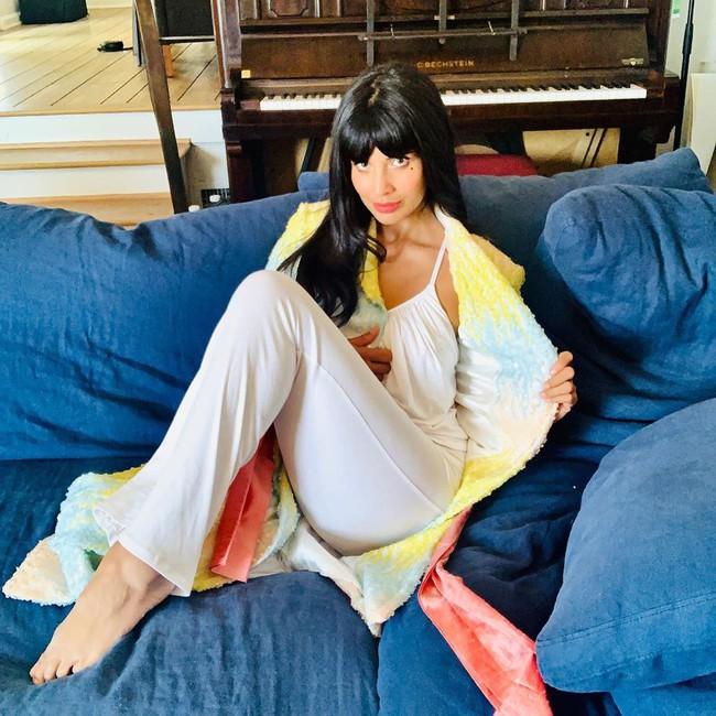 Thảm đỏ đặc biệt nhất trong lịch sử Emmy Awards: Jennifer Aniston đắp mặt nạ mặc pijama, NTK Vera Wang khoe chân nuột nà tại nhà - Ảnh 2.
