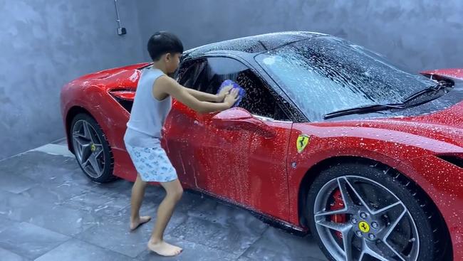 """Subeo mới 10 tuổi đã biết rửa xe hơi, hóa ra con của đại gia không """"ngậm thìa vàng"""" như nhiều người vẫn nghĩ - Ảnh 4."""
