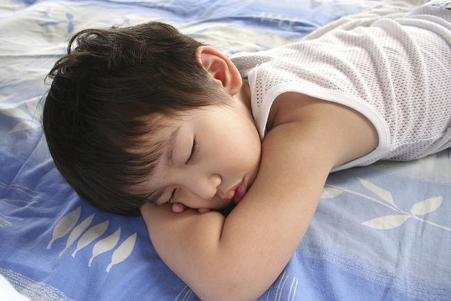 Một bé thường xuyên ngủ trưa, một bé thì không ngủ trưa bao giờ, nhiều năm sau bà mẹ nhìn kết quả học tập của con mà ngỡ ngàng