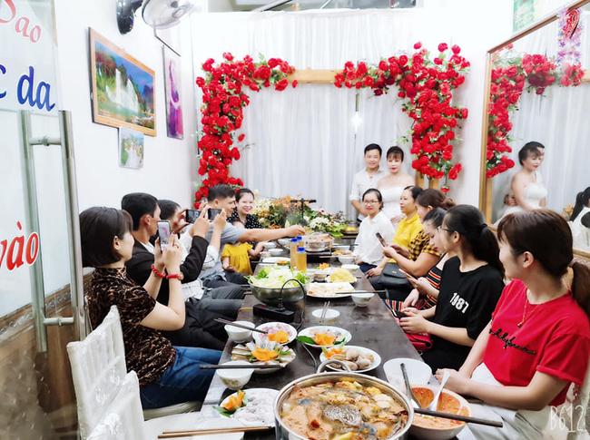 Cô dâu 63 tuổi ở Cao Bằng tổ chức tiệc 2 năm ngày cưới, gây tranh cãi khi mặc váy cô dâu rườm rà đứng đón khách - Ảnh 4.