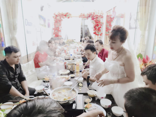 Cô dâu 63 tuổi ở Cao Bằng tổ chức tiệc 2 năm ngày cưới, gây tranh cãi khi mặc váy cô dâu rườm rà đứng đón khách - Ảnh 5.