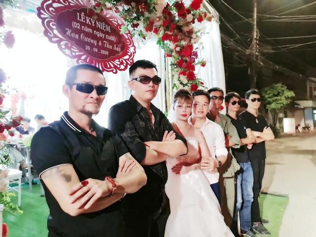 Cô dâu 63 tuổi ở Cao Bằng tổ chức tiệc 2 năm ngày cưới, gây tranh cãi khi mặc váy cô dâu rườm rà đứng đón khách - Ảnh 2.