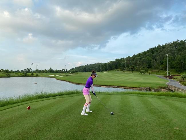 """Jennifer Phạm đi đánh golf. Cô phát biểu: """"Tưởng không nắng mà nắng không tưởng""""."""