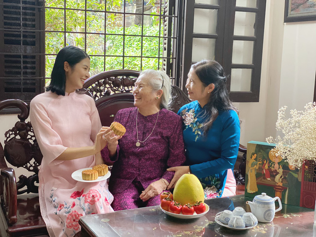 Hoa hậu trổ tài làm bánh Trung thu đẹp lung linh khiến cộng đồng mạng rần rần bão like - Ảnh 4.