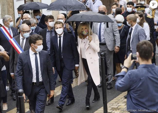 """Chụp ảnh được chồng ôm tình tứ trên máy bay riêng, Đệ nhất phu nhân Pháp lại gây chú ý bằng một chi tiết """"kém duyên"""" đầy khó hiểu - Ảnh 3."""