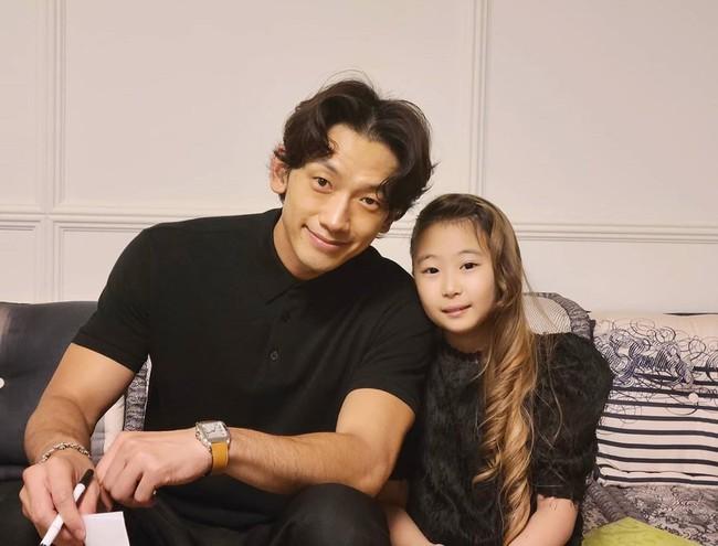 """Nhìn loạt ảnh cách đây một thời gian của vợ chồng Kim Tae Hee - Bi Rain, dân mạng không khỏi cảm thán: """"Thời gian quả thật không buông thai ai"""" - Ảnh 2."""