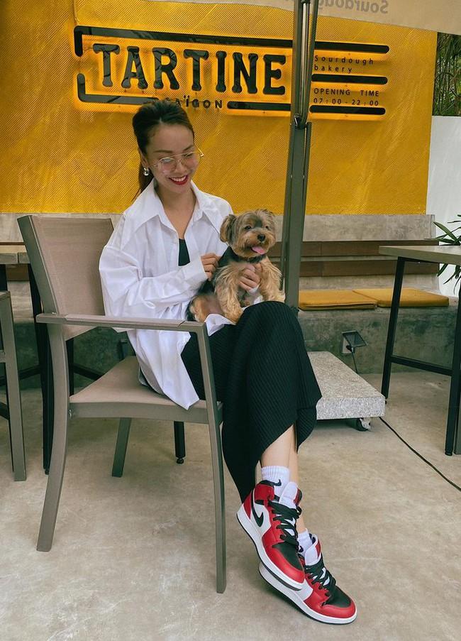 Yến Trang tươi rói bên cún cưng.