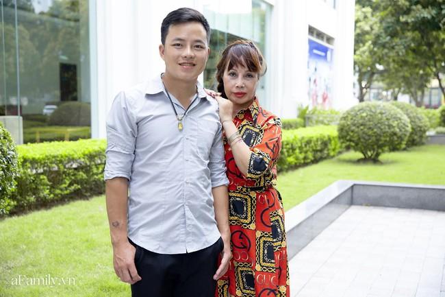 Cô dâu 63 tuổi ở Cao Bằng tổ chức tiệc 2 năm ngày cưới, gây tranh cãi khi mặc váy cô dâu rườm rà đứng đón khách - Ảnh 7.