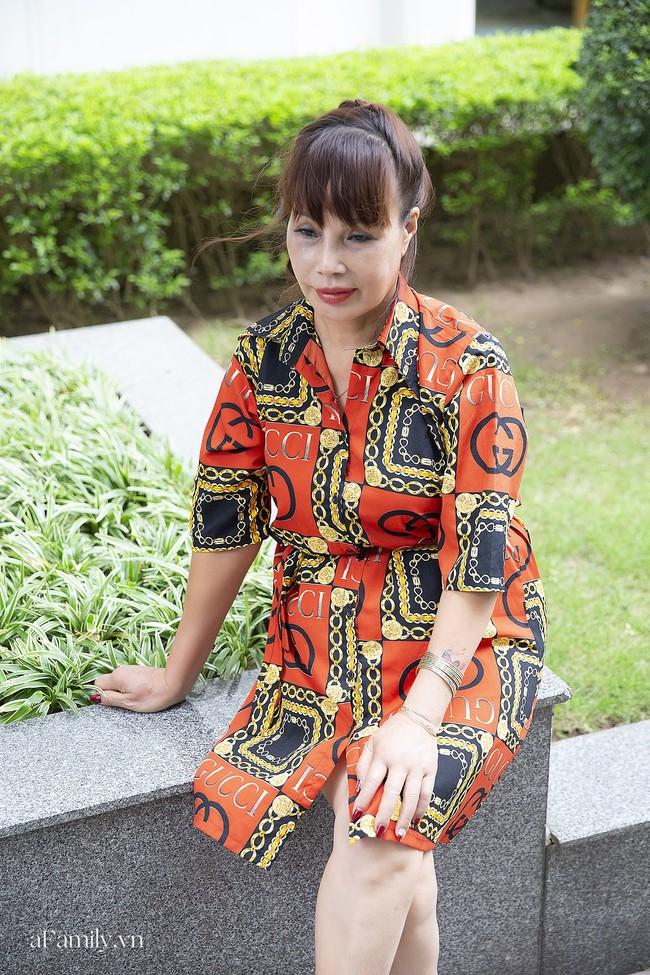 Cô dâu 63 tuổi ở Cao Bằng tổ chức tiệc 2 năm ngày cưới, gây tranh cãi khi mặc váy cô dâu rườm rà đứng đón khách - Ảnh 6.