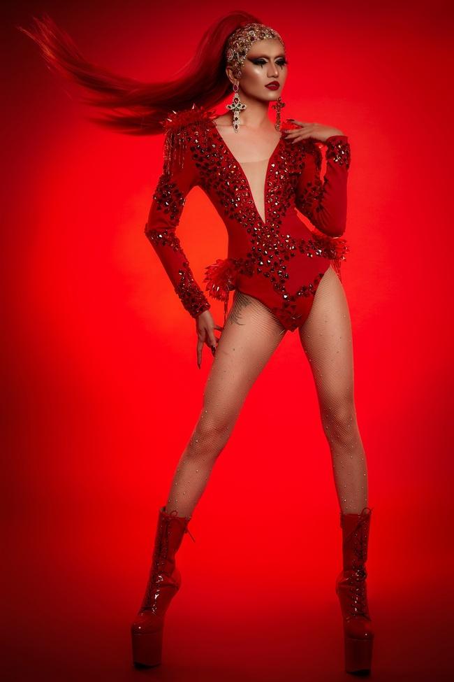 +. Ở ngoài đời, Gia Kỳ cũng là một Drag Queen nổi tiếng và từng sải bước trên các sàn diễn thời trang. Trong bộ ảnh, Gia Kỳ chọn thể hiện Màu Đỏ của dũng khí – dám ước mơ, dám đấu tranh, dám lên tiếng.