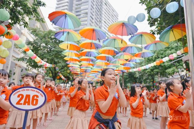 Trường tiểu học ở Hà Nội trang trí nổi bật cả vùng trời, học sinh phấn khích như đi hội, còn ai đi ngang qua cũng phải ngước nhìn - Ảnh 10.