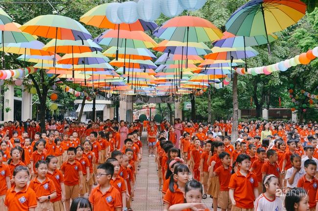Trường tiểu học ở Hà Nội trang trí nổi bật cả vùng trời, học sinh phấn khích như đi hội, còn ai đi ngang qua cũng phải ngước nhìn - Ảnh 7.