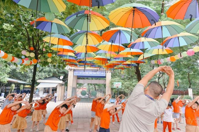 Trường tiểu học ở Hà Nội trang trí nổi bật cả vùng trời, học sinh phấn khích như đi hội, còn ai đi ngang qua cũng phải ngước nhìn - Ảnh 5.