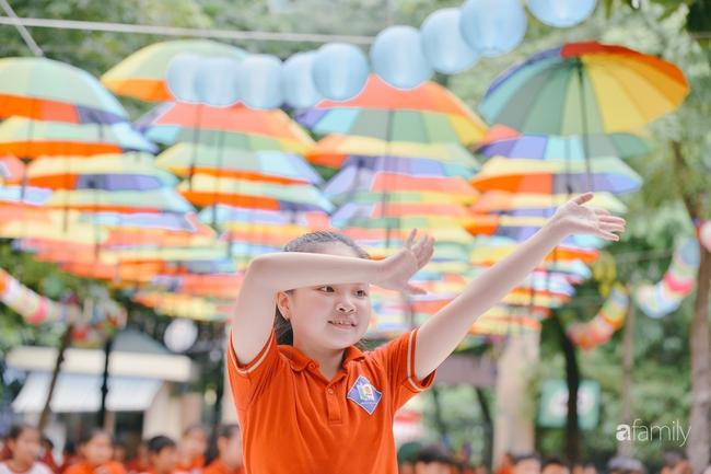 Trường tiểu học ở Hà Nội trang trí nổi bật cả vùng trời, học sinh phấn khích như đi hội, còn ai đi ngang qua cũng phải ngước nhìn - Ảnh 11.