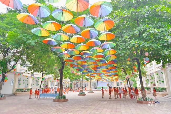 Trường tiểu học ở Hà Nội trang trí nổi bật cả vùng trời, học sinh phấn khích như đi hội, còn ai đi ngang qua cũng phải ngước nhìn - Ảnh 1.