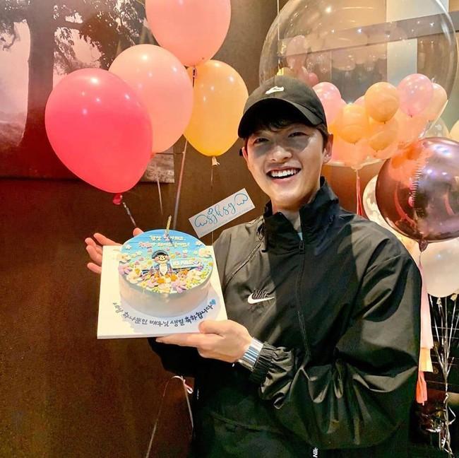 Tái xuất sau khi Song Hye Kyo gây xôn xao MXH trong ngày sinh nhật của mình, Song Joong Ki bị nhận xét xuống sắc với da bóng dầu - Ảnh 3.