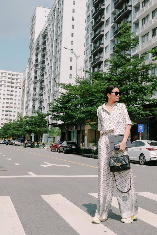 Thanh Hằng diện style pijama khi đi họp.