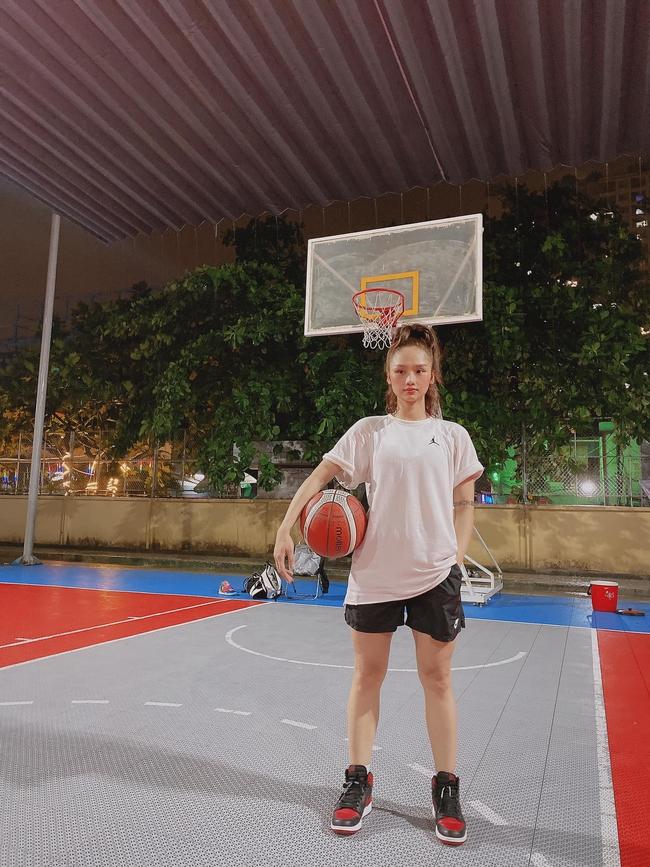 Miu Lê được khen trẻ như học sinh khi đi chơi bóng rổ.