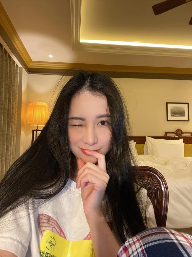 Jun Vũ nháy mắt đáng yêu trước ống kính máy ảnh.