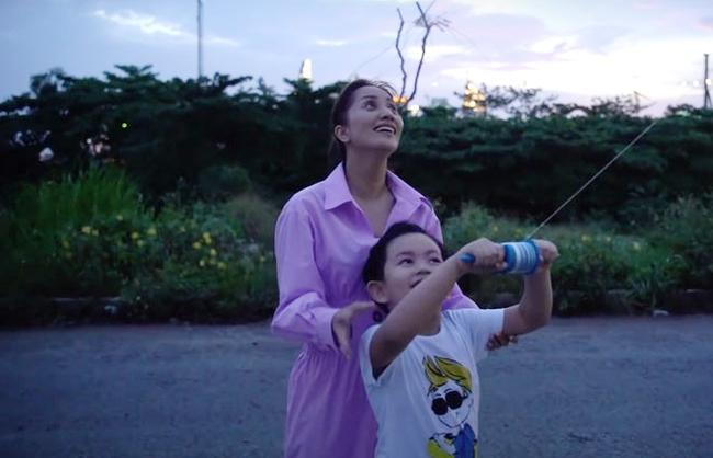 Vợ chồng Khánh Thi - Phan Hiển đưa các con đi thả diều, tưởng chỉ để bé vui chơi ai ngờ có hẳn phương pháp rèn luyện đức tính này cho hai nhóc tỳ - Ảnh 1.