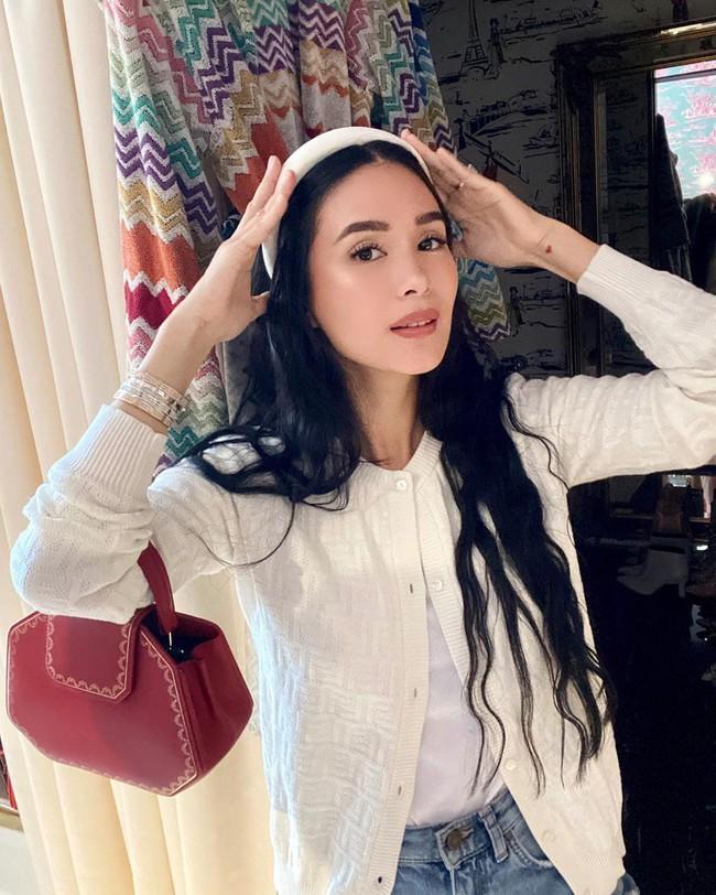 Phu nhân thượng nghị sĩ và cũng là bạn thân Hà Tăng: Chẳng ai nghĩ là 35 tuổi, xem ảnh học được bao nhiêu cách mặc đồ trắng đẹp sang chảnh  - Ảnh 3.