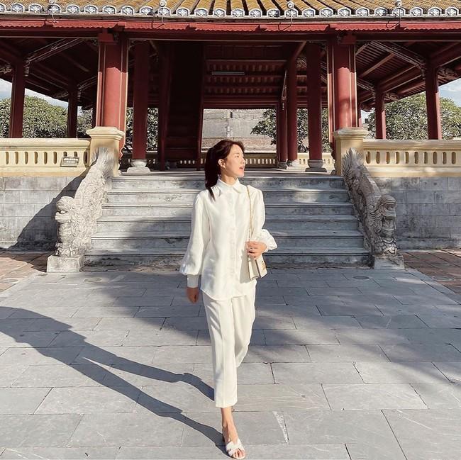 Phu nhân thượng nghị sĩ và cũng là bạn thân Hà Tăng: Chẳng ai nghĩ là 35 tuổi, xem ảnh học được bao nhiêu cách mặc đồ trắng đẹp sang chảnh  - Ảnh 15.