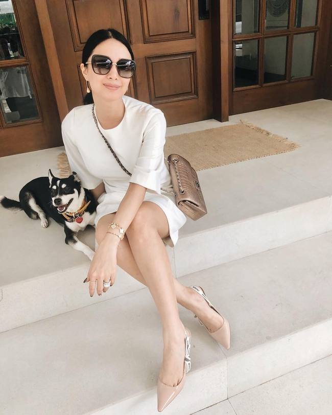Phu nhân thượng nghị sĩ và cũng là bạn thân Hà Tăng: Chẳng ai nghĩ là 35 tuổi, xem ảnh học được bao nhiêu cách mặc đồ trắng đẹp sang chảnh  - Ảnh 4.
